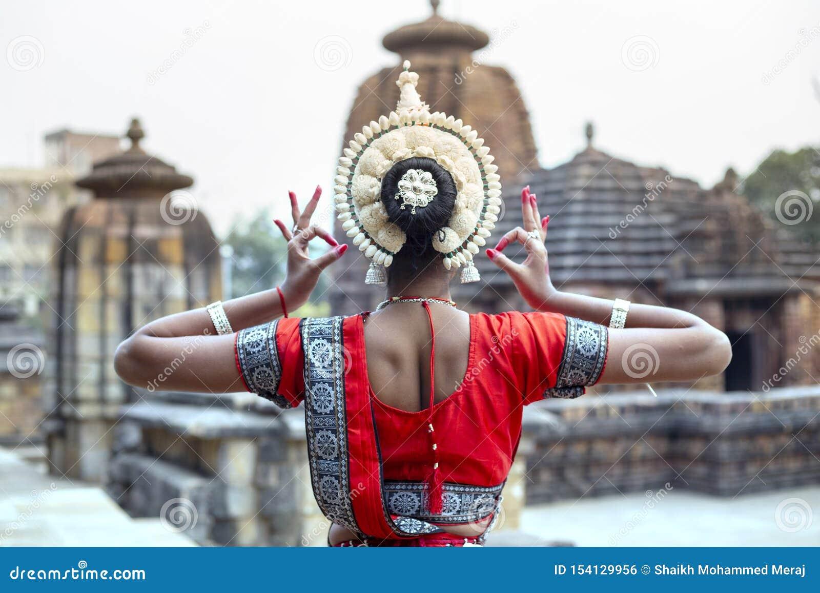 Ο νέος θηλυκός καλλιτέχνης odissi παρουσιάζει εσωτερική ομορφιά της στο ναό Mukteshvara, Bhubaneswar, Odisha, Ινδία
