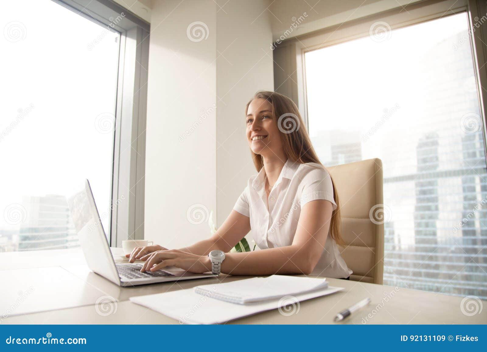 Ο νέος θηλυκός επιχειρηματίας αισθάνεται ευτυχής στον εργασιακό χώρο