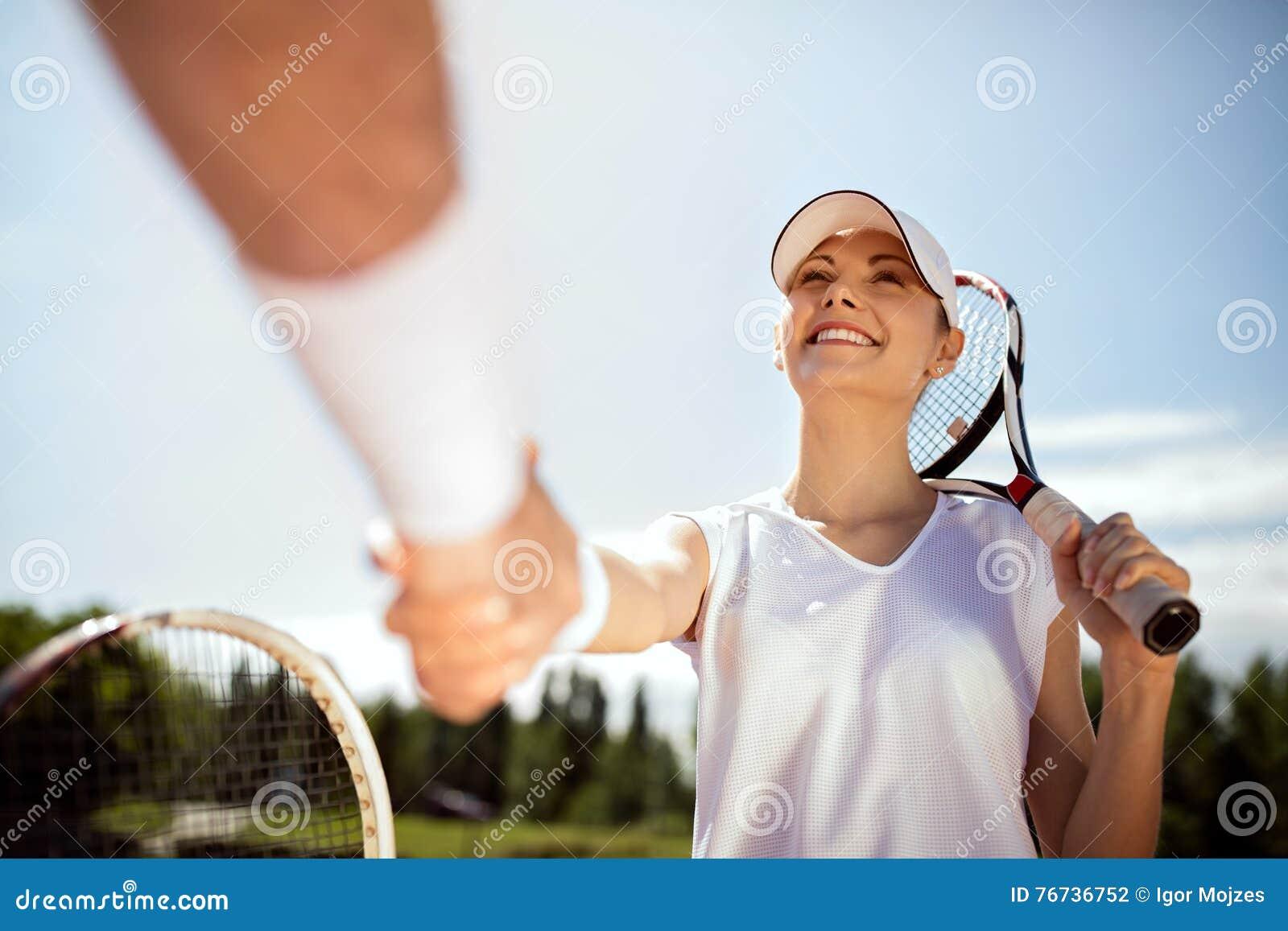 Ο νέος θηλυκός τενίστας χαιρετά με τον εκπαιδευτή