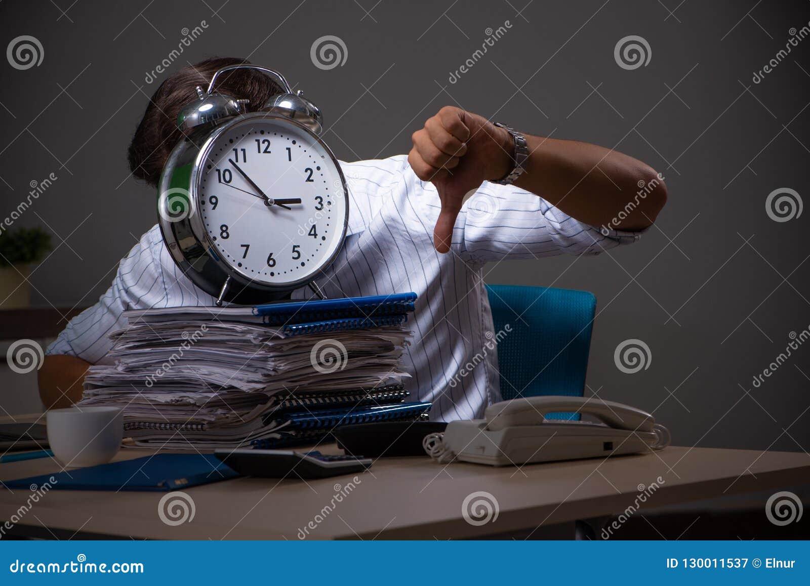 Ο νέος οικονομικός διευθυντής που απασχολείται αργά τη νύχτα σε στην αρχή