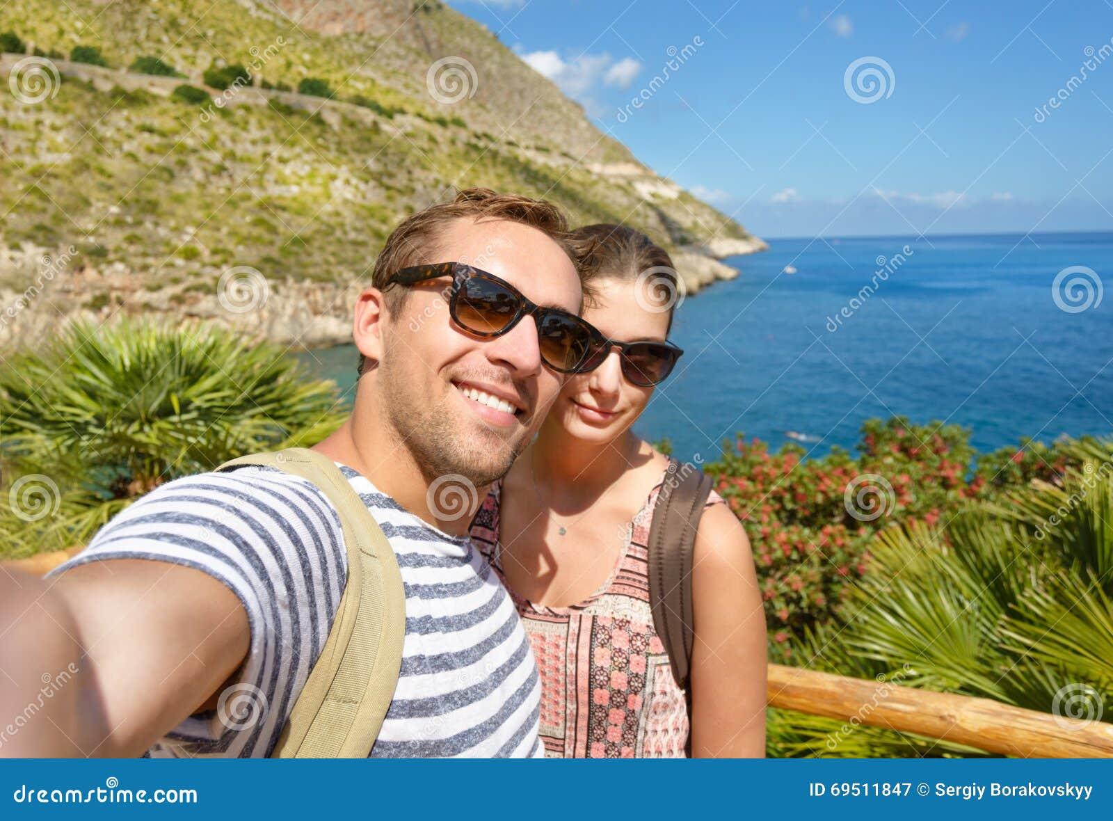 Ο νέος τουρίστας παίρνει μια φωτογραφία μνήμης selfie στο τροπικό τοπίο κατά τη διάρκεια των διακοπών γύρω από τις ιταλικές ακτές