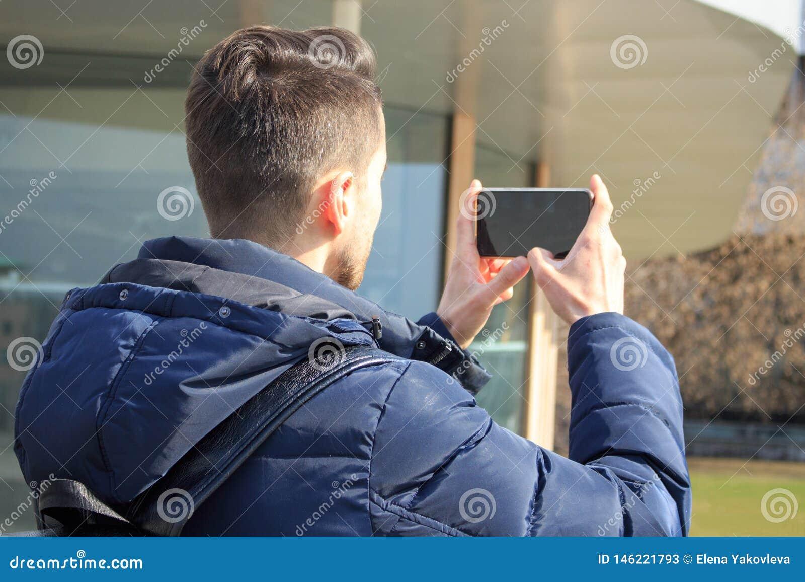 Ο νέος τύπος παίρνει τις εικόνες στο τηλέφωνο στο πάρκο