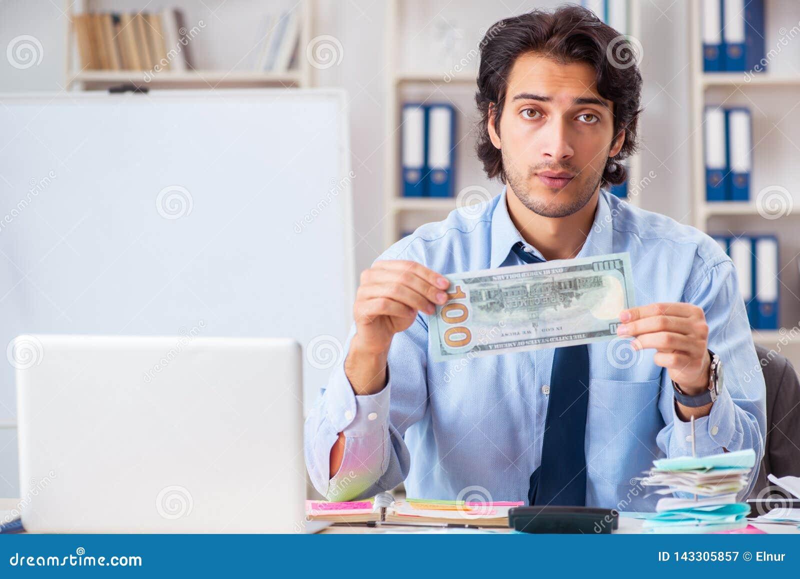 Ο νέος όμορφος επιχειρηματίας στην έννοια προγραμματισμού προϋπολογισμών