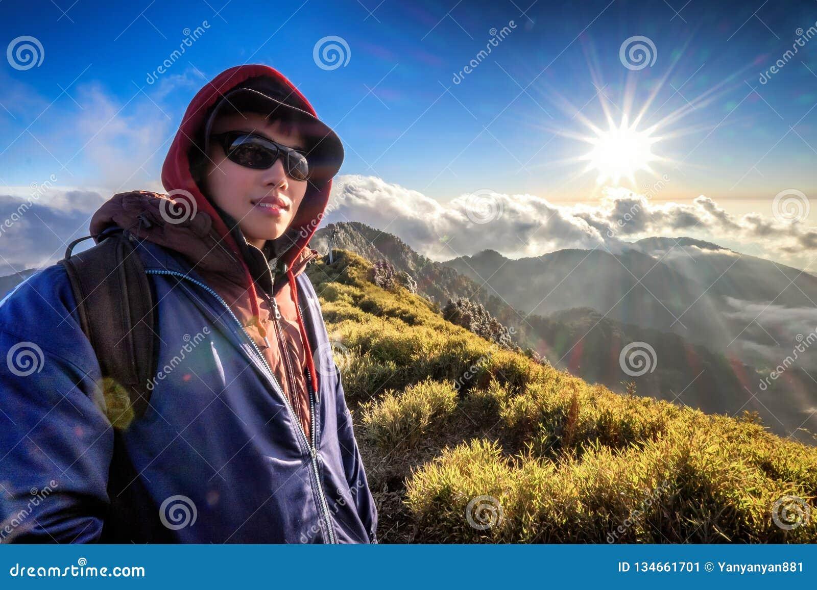 Ο νεαρός άνδρας αναρριχείται στην κορυφή του βουνού της Ταϊβάν