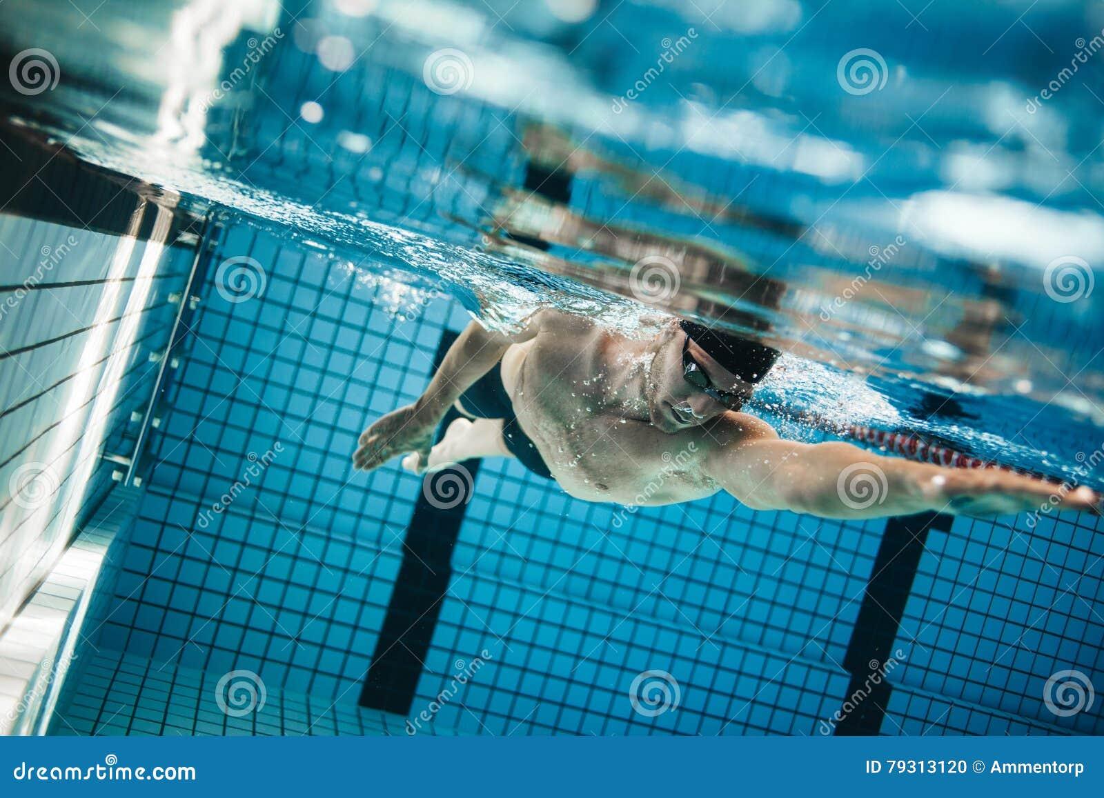Ο νεαρός άνδρας που κολυμπά το μέτωπο σέρνεται σε μια λίμνη