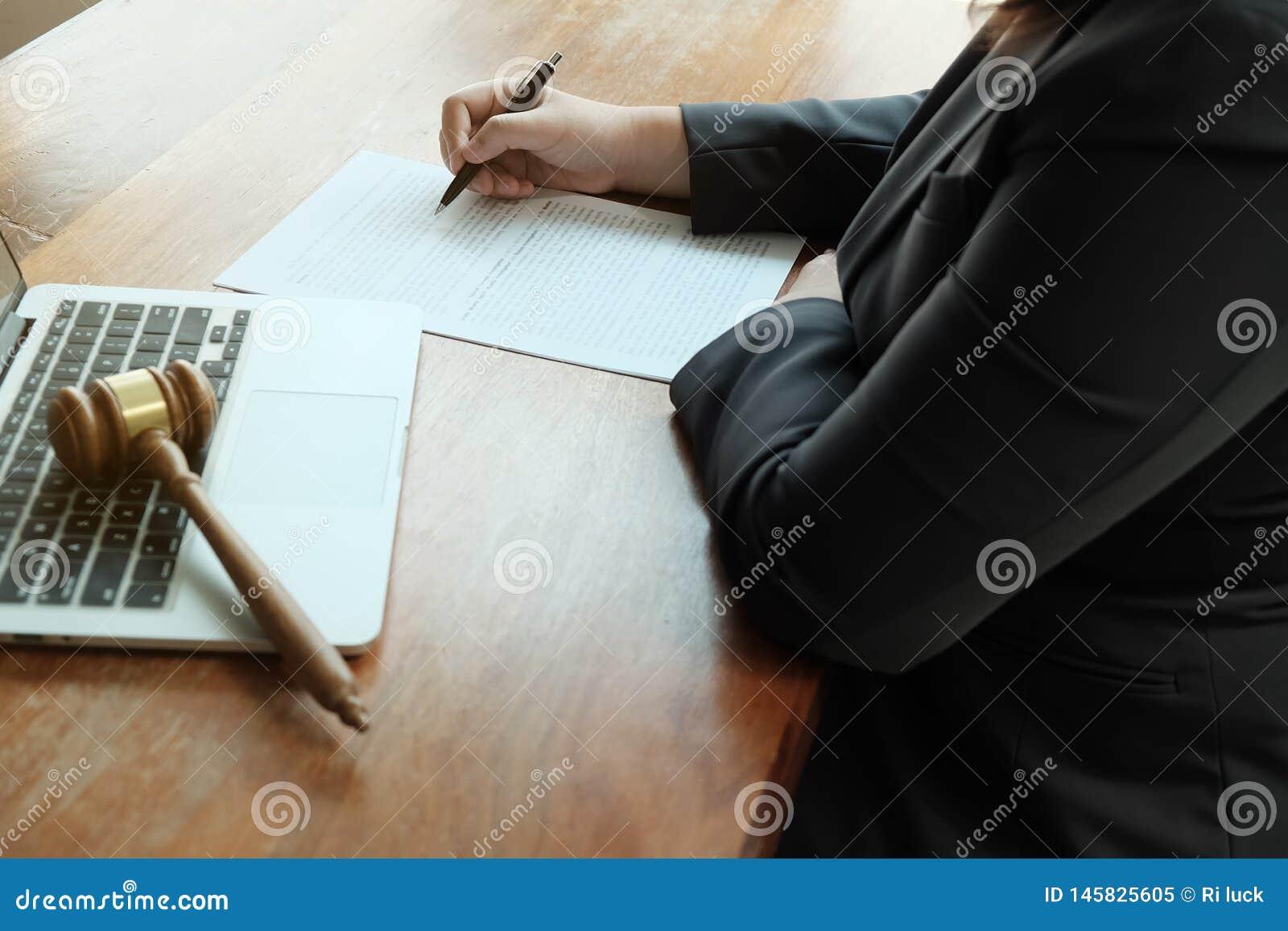 Ο νομικός σύμβουλος παρουσιάζει στον πελάτη μια υπογεγραμμένη σύμβαση με gavel και το νομικό νόμο