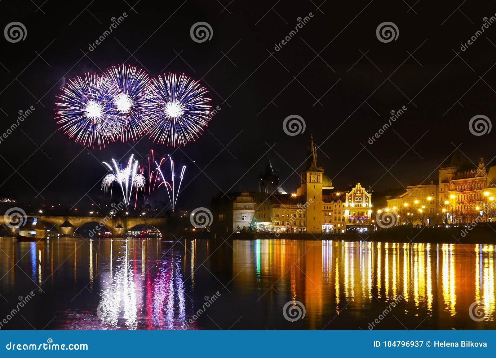 Ο νυχτερινός ουρανός της Πράγας πυροτεχνημάτων παρουσιάζει