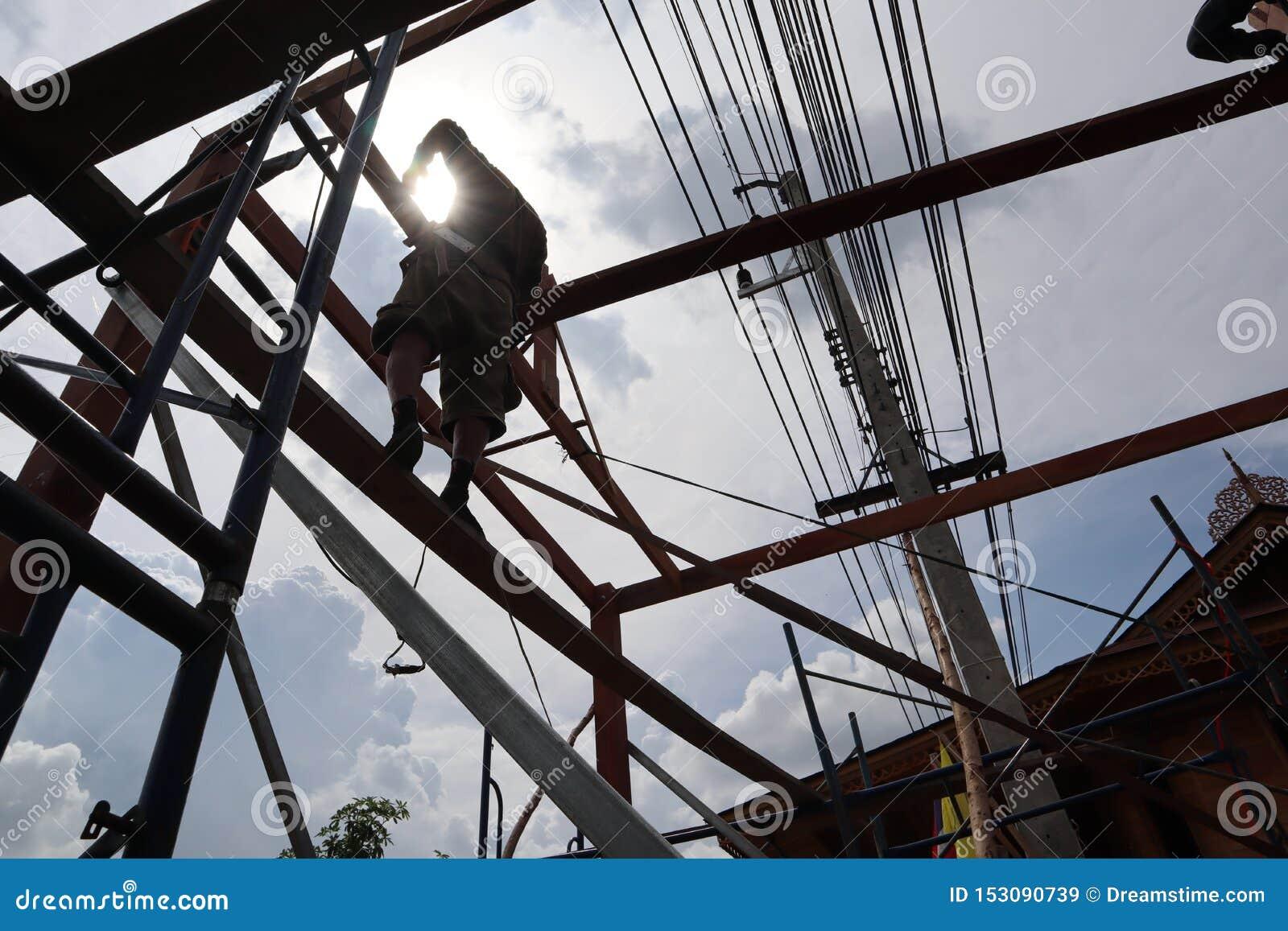 Ο ξυλουργός βοηθά να χτίσει ένα σπίτι