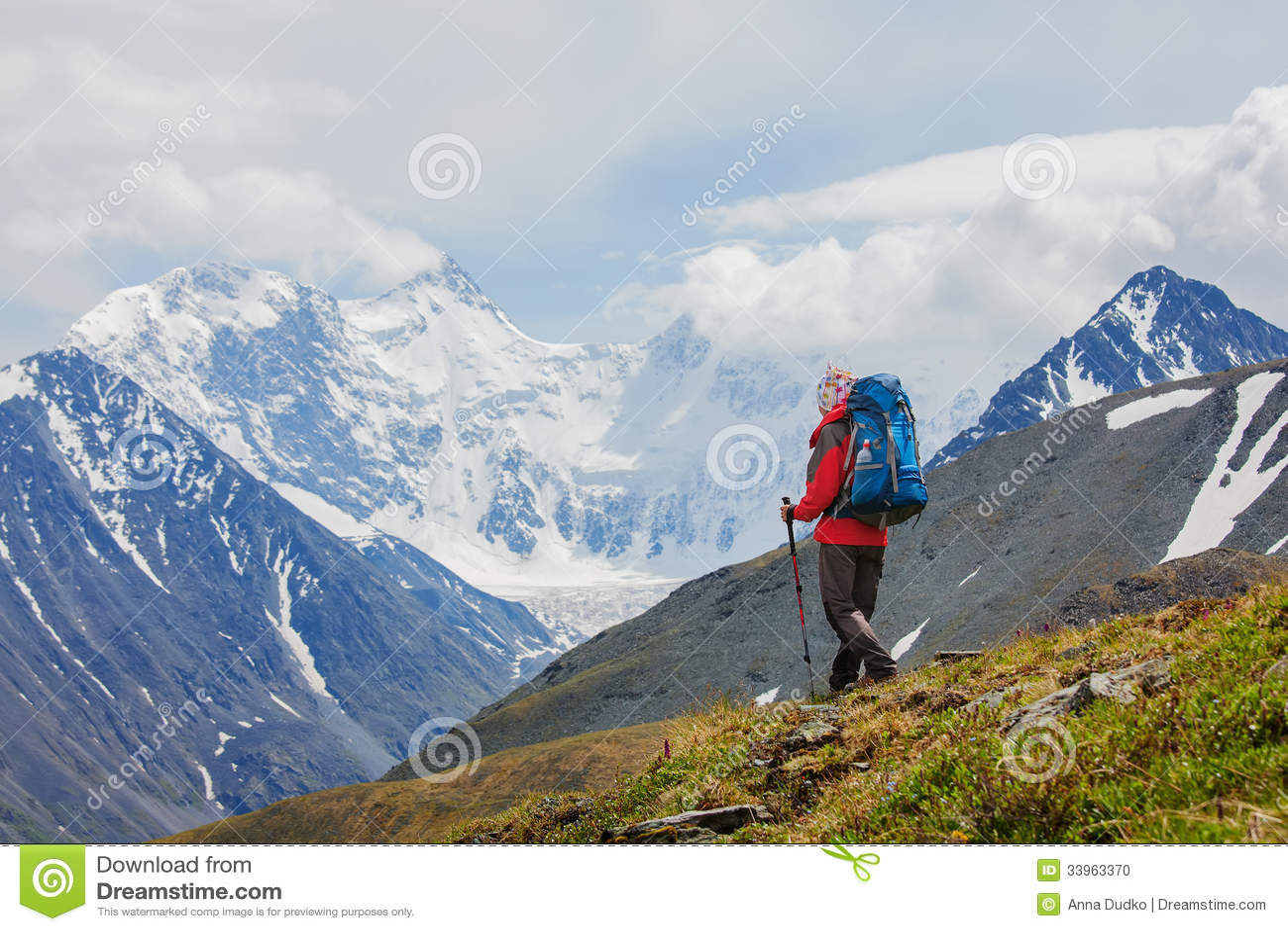 Οδοιπόρος κοντά στο βουνό Belukha, ο υψηλότερος στη Σιβηρία