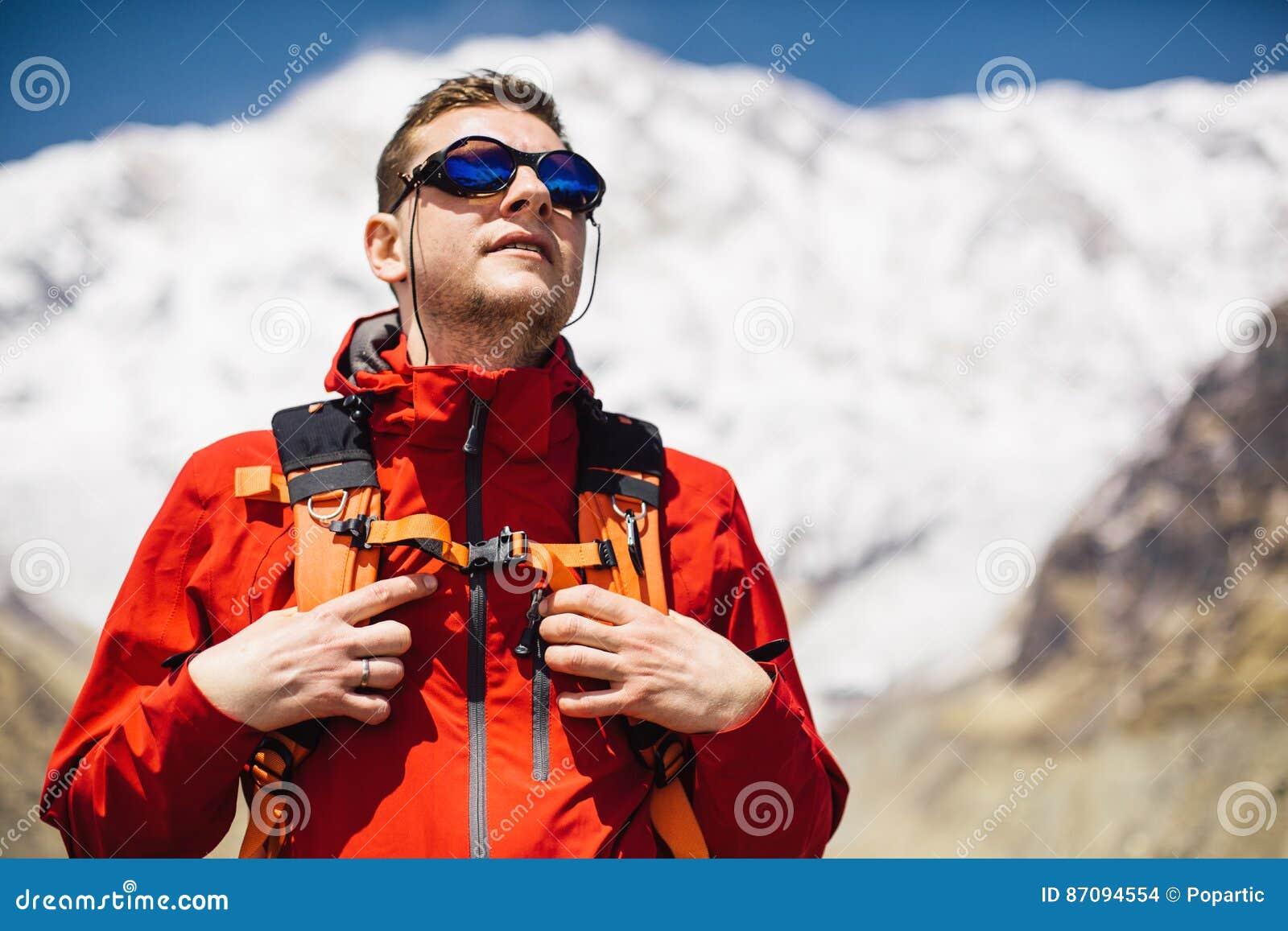 15759b11212 Οδοιπόρος με το σακίδιο πλάτης που εξετάζει τη σύνοδο κορυφής Στοκ ...