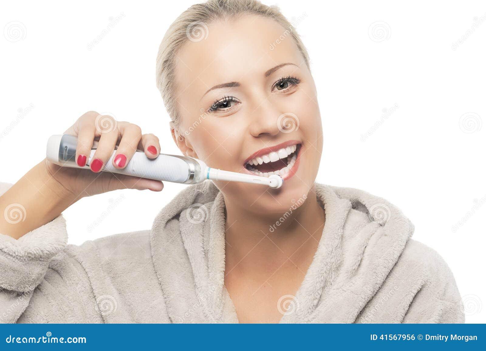 Οδοντική έννοια υγιεινής: Ευτυχές χαμόγελο ξανθό βουρτσίζοντας τα WI δοντιών της