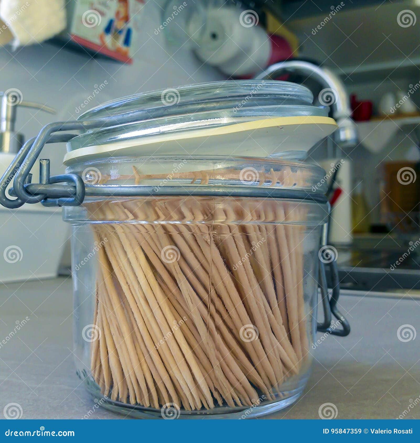 Οδοντογλυφίδες σε ένα βάζο γυαλιού