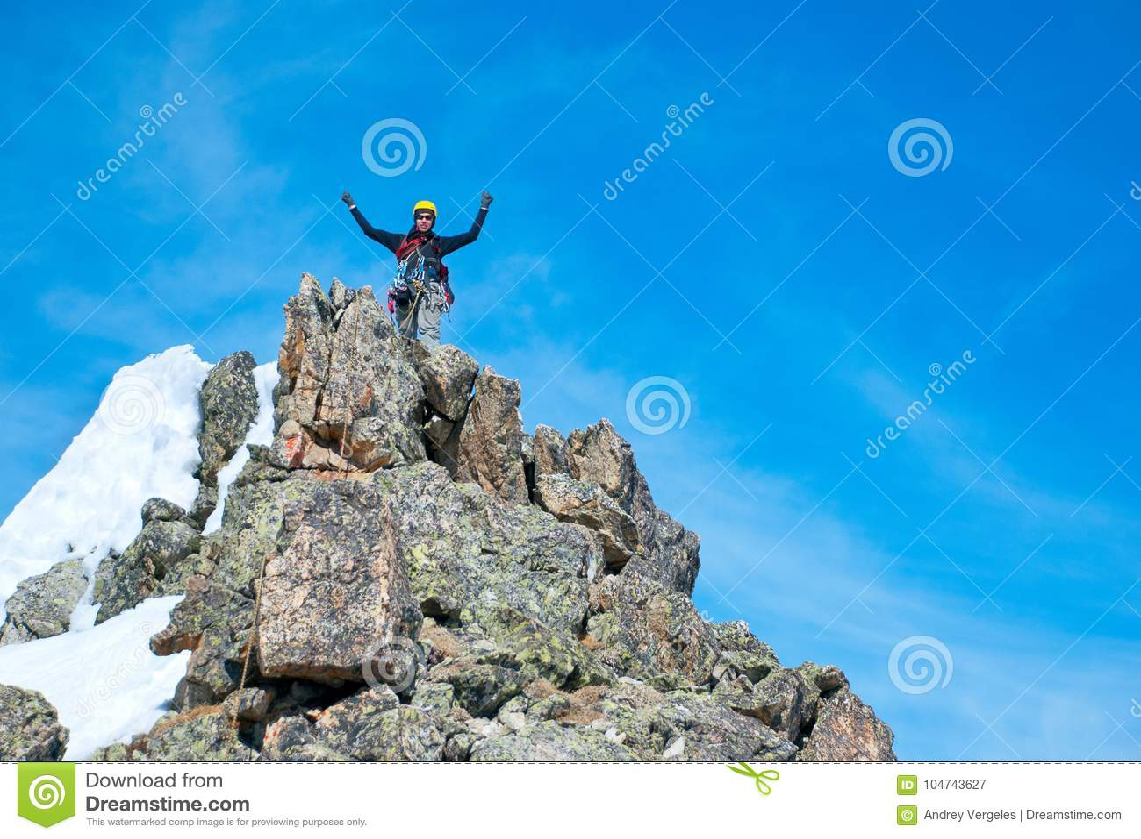 Ο ορειβάτης φθάνει στην κορυφή της αιχμής βουνών Επιτυχία, ελευθερία και ευτυχία, επίτευγμα στα βουνά Αναρρίχηση της αθλητικής έν