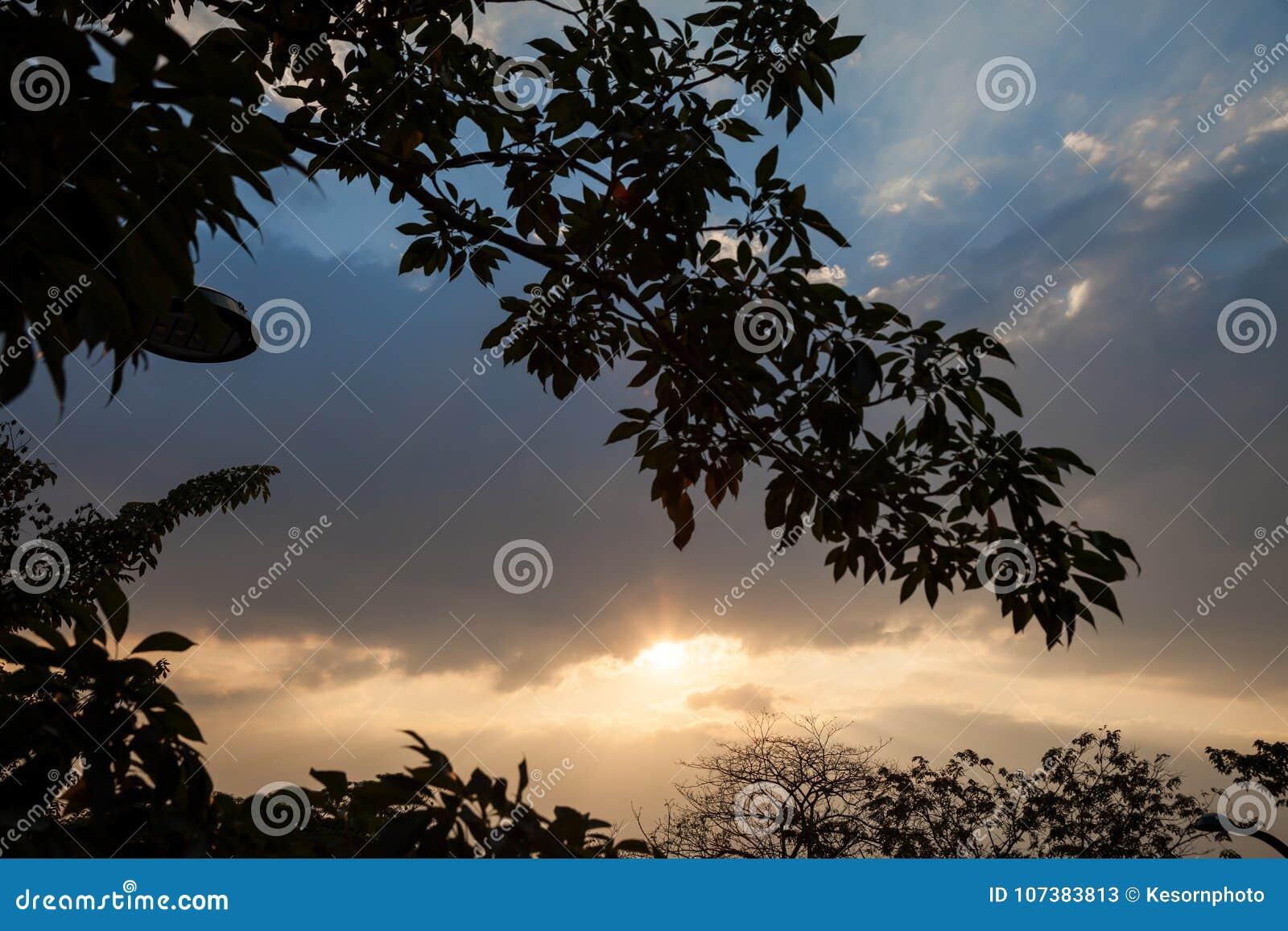 Ο ουρανός βραδιού είναι έχει μια ακτίνα του φωτός που περνά μέσω των στρωμάτων των σύννεφων