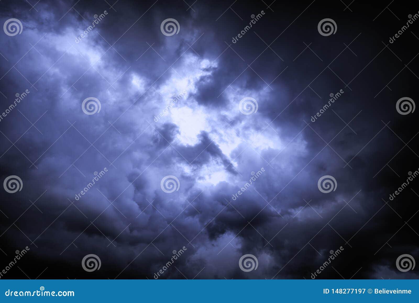Ο ουρανός καλύπτεται με τα θλιβερά σύννεφα βροχής ως υπόβαθρο