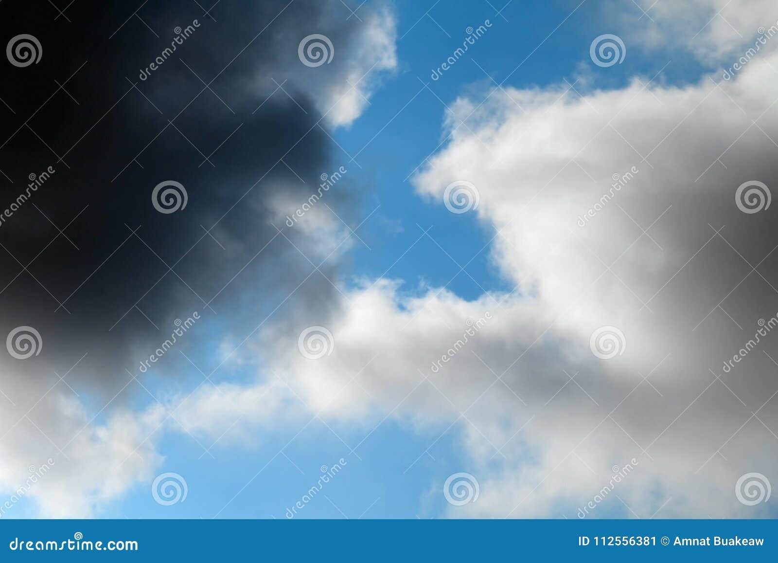Ο ουρανός του σκοτεινού σύννεφου επρόκειτο να βρέξει και καταιγίδα
