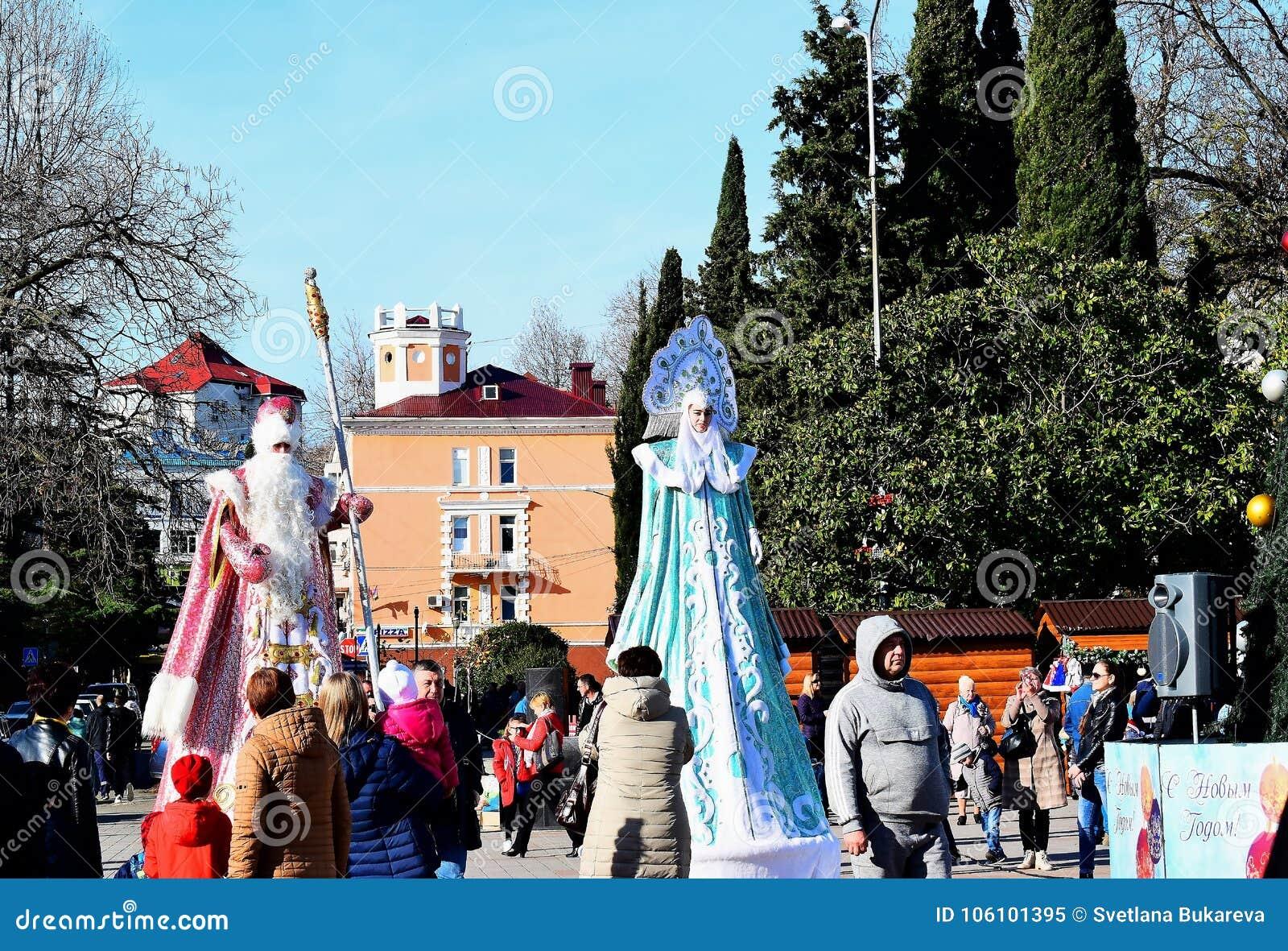 Ο παγετός παππούδων και το κορίτσι χιονιού είναι στην περιοχή της πόλης Tuapse στο δέντρο και της ανόδου επάνω από το ακροατήριο