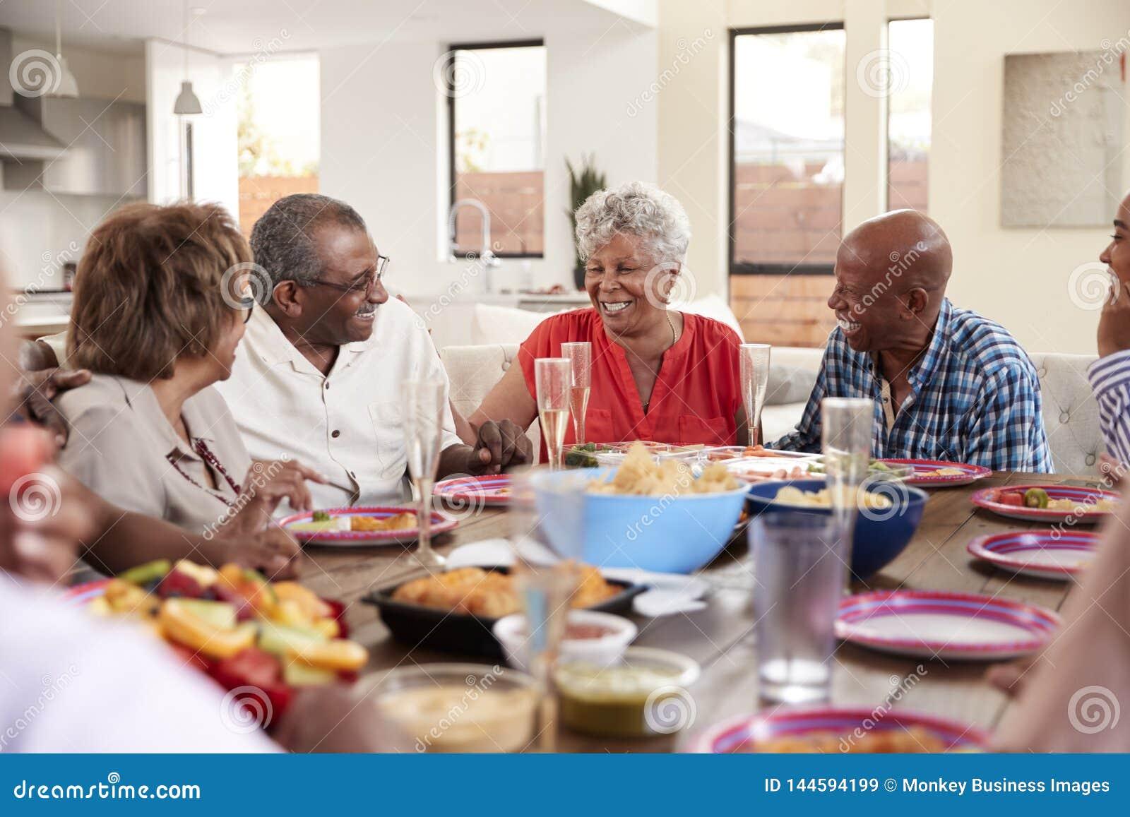 Ο παππούς που κατασκευάζει μια φρυγανιά στεμένος στο γεύμα να παρουσιάσει τον εορτασμό με την οικογένειά του, κλείνει επάνω