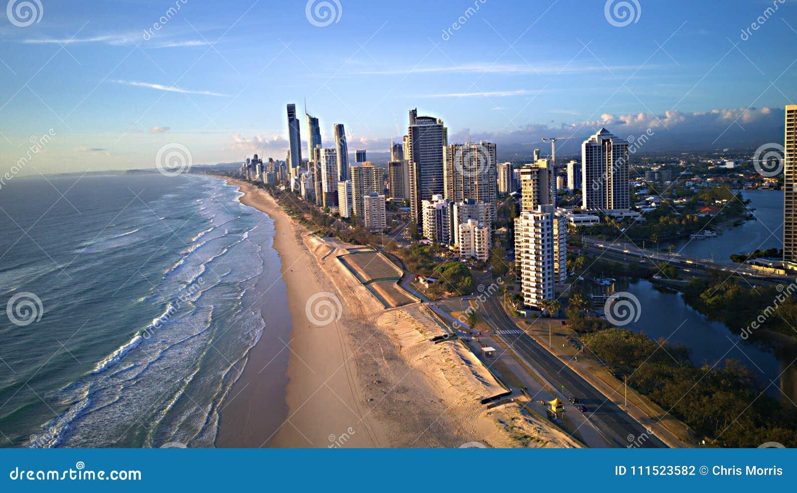 Ο παράδεισος Surfers είναι ένα παραθαλάσσιο θέρετρο στο Gold Coast του Queensland ` s στην ανατολική Αυστραλία