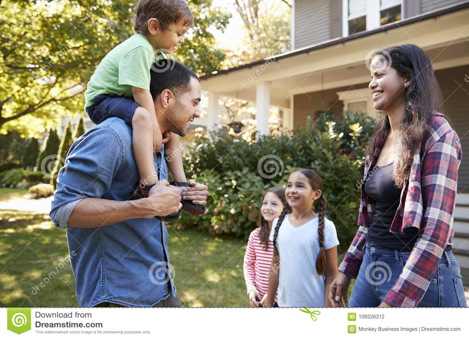 Ο πατέρας δίνει το γύρο γιων στους ώμους ως σπίτι οικογενειακής άδειας