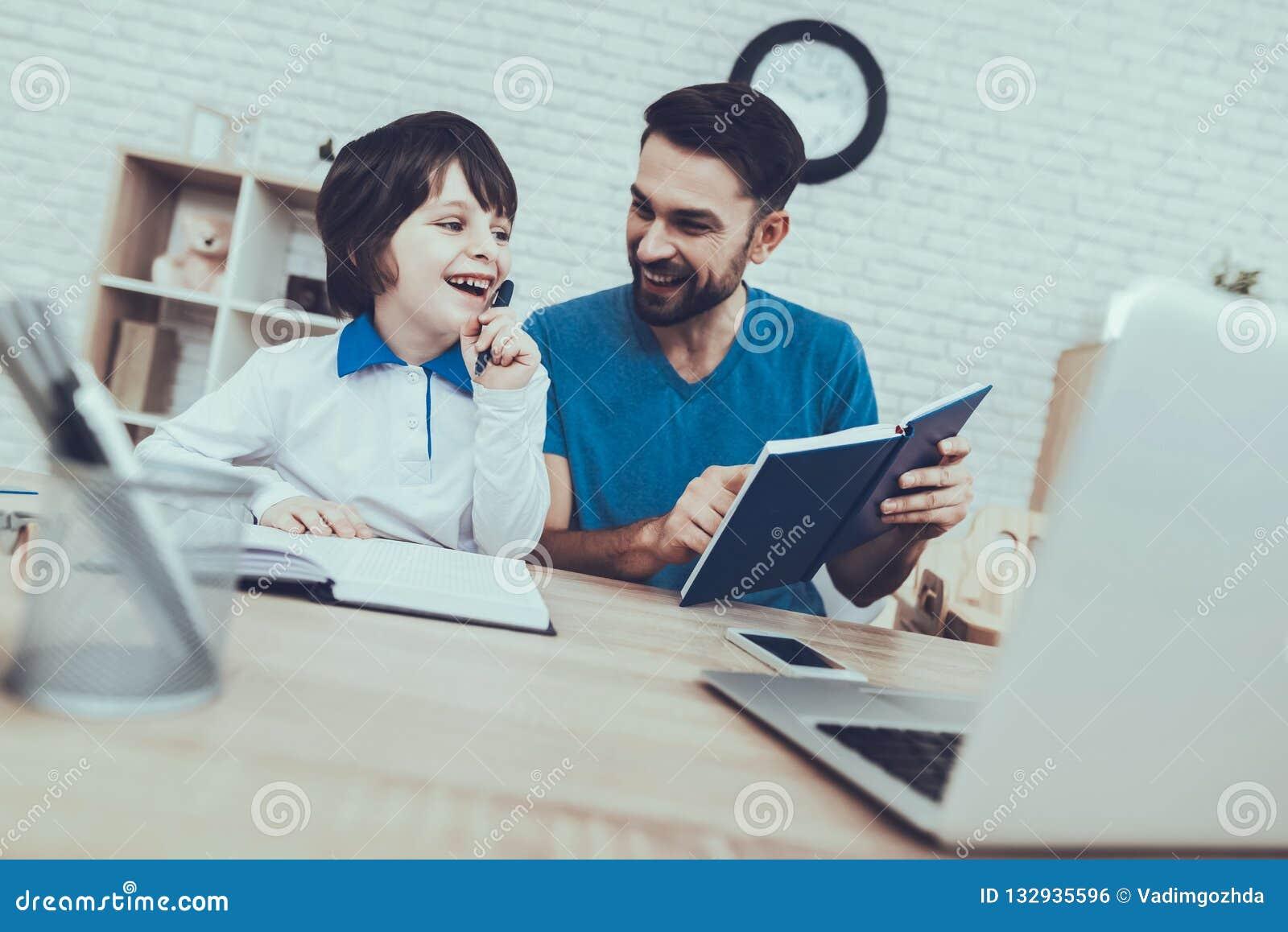 Ο πατέρας κάνει μια εργασία με το γιο