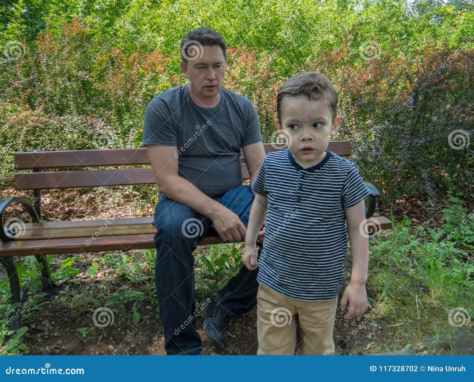 Ο πατέρας κάτι στο γιο του που πηγαίνει μακριά αλλά που ακούει