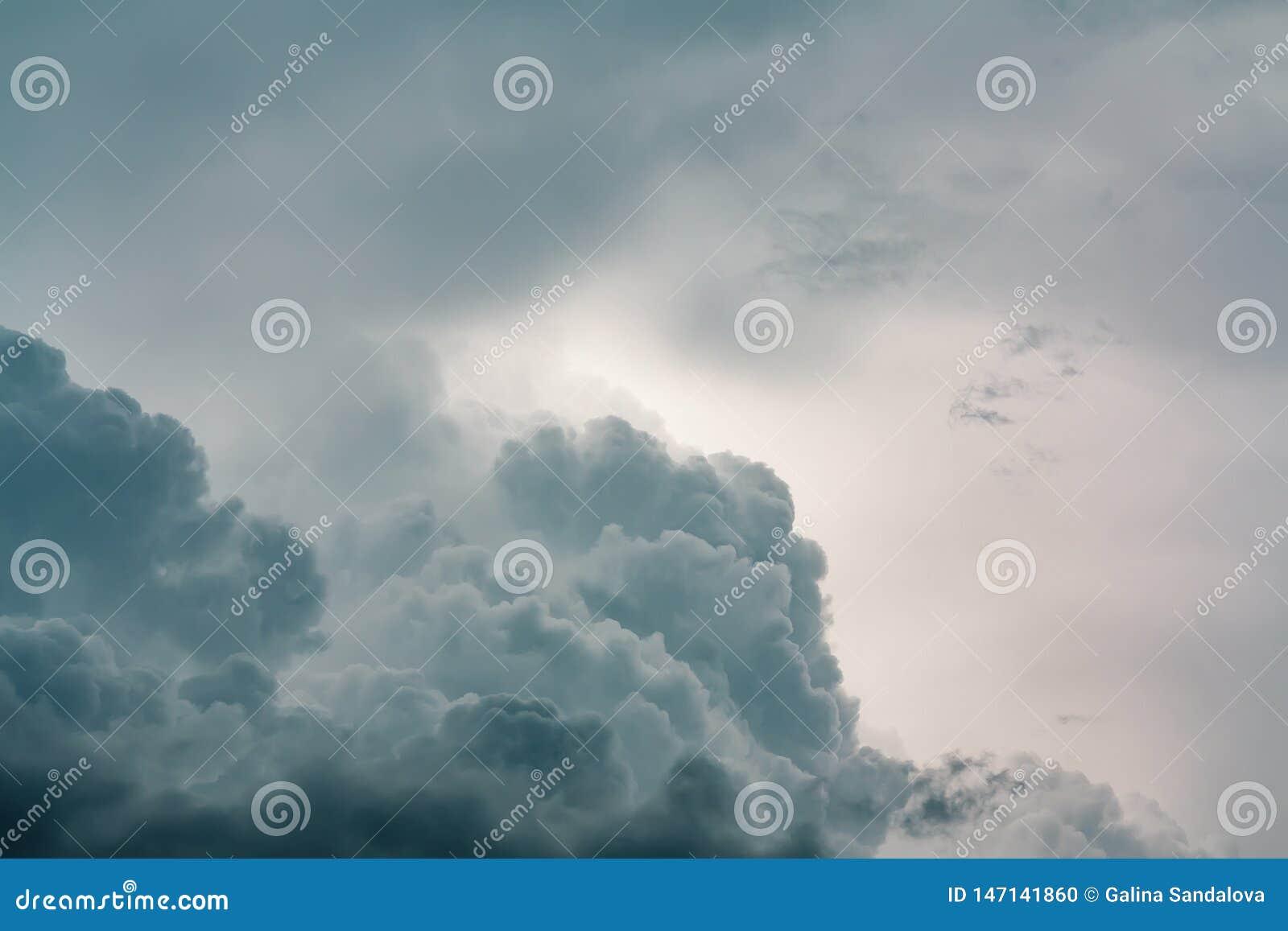 Ο πολύβλαστος σωρείτης καλύπτει την ευρεία ζώνη στο θερινό ουρανό πριν από μια καταιγίδα r