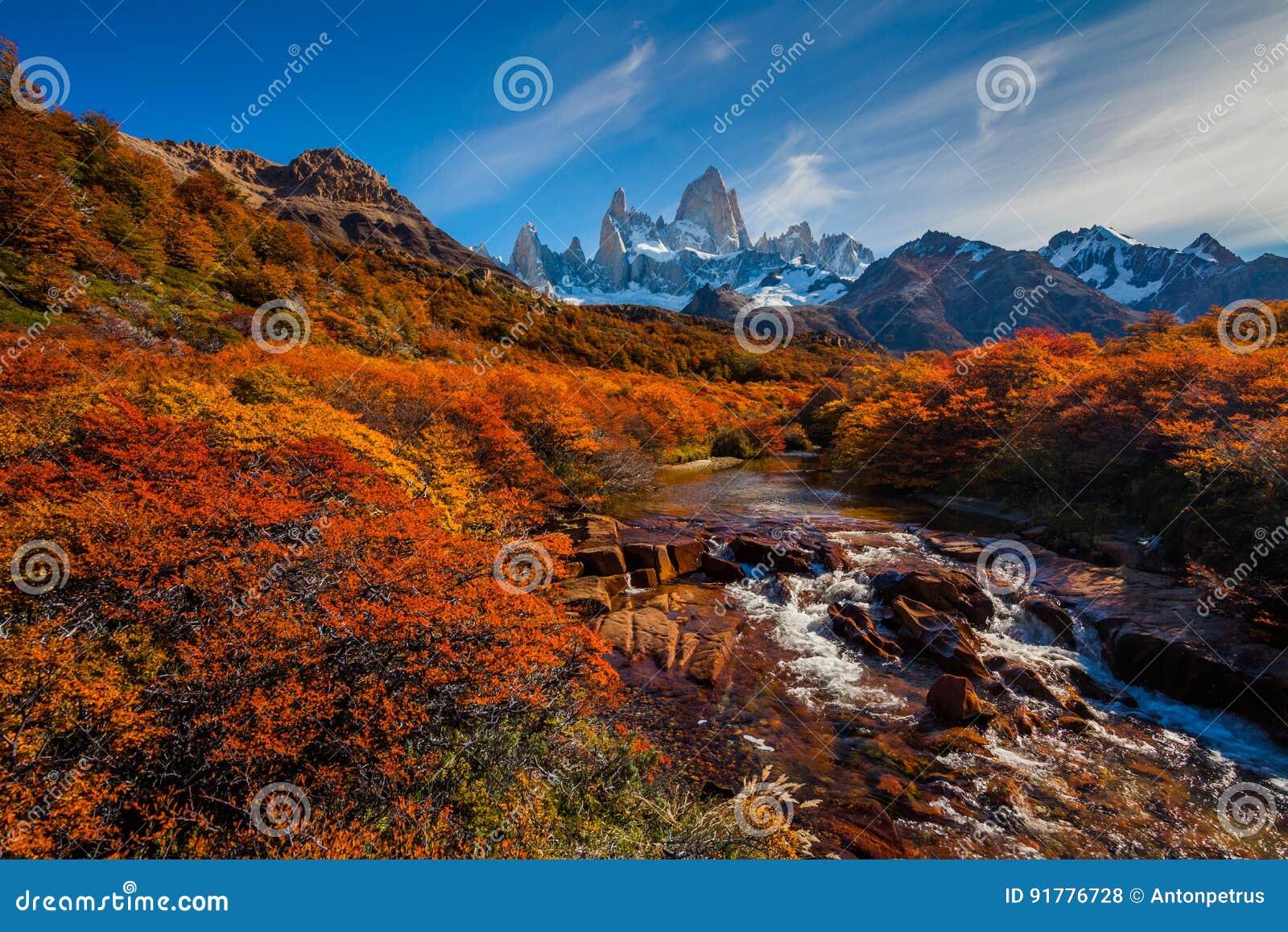 Ο ποταμός βουνών και τοποθετεί τη Fitz Roy Αργεντινή Παταγωνία