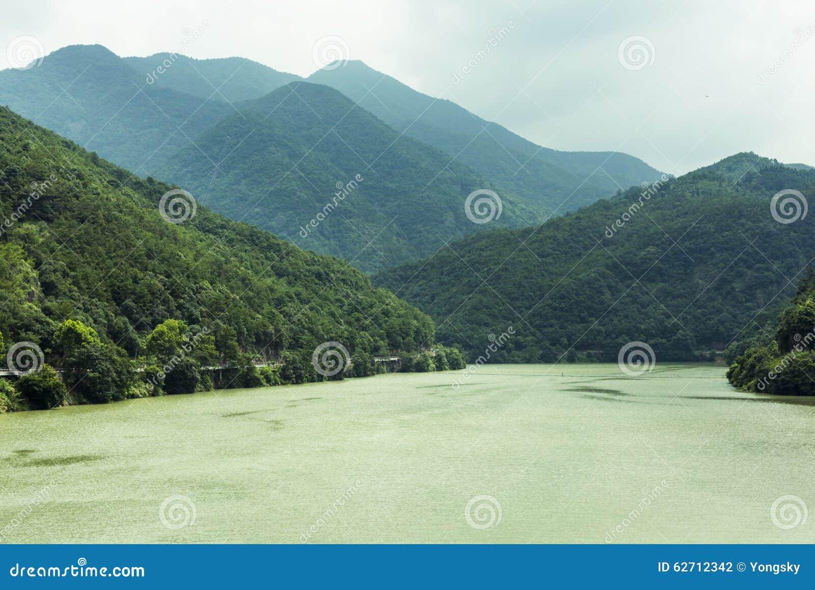 Ο ποταμός τρία Fuchun μικρό τοπίο φαραγγιών