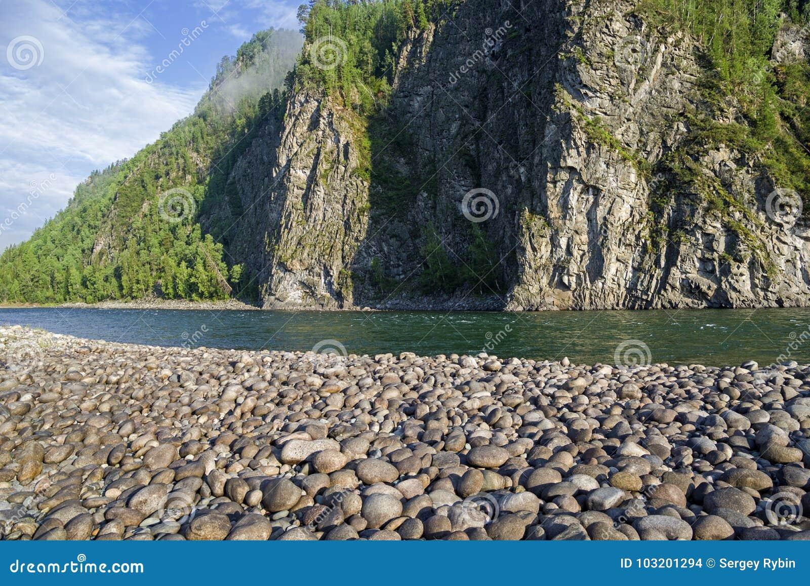 Ο ποταμός Oka Sayanskaya Σιβηρία, Ρωσία