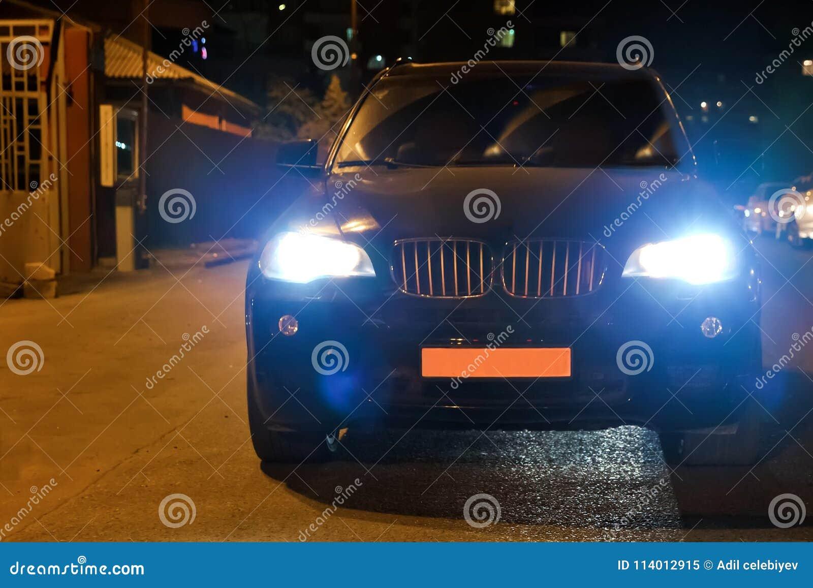 96f260d1541 Ο προβολέας αυτοκινήτων σε έναν ομιχλώδη Χρόνος βράδυ-νύχτας Το ...