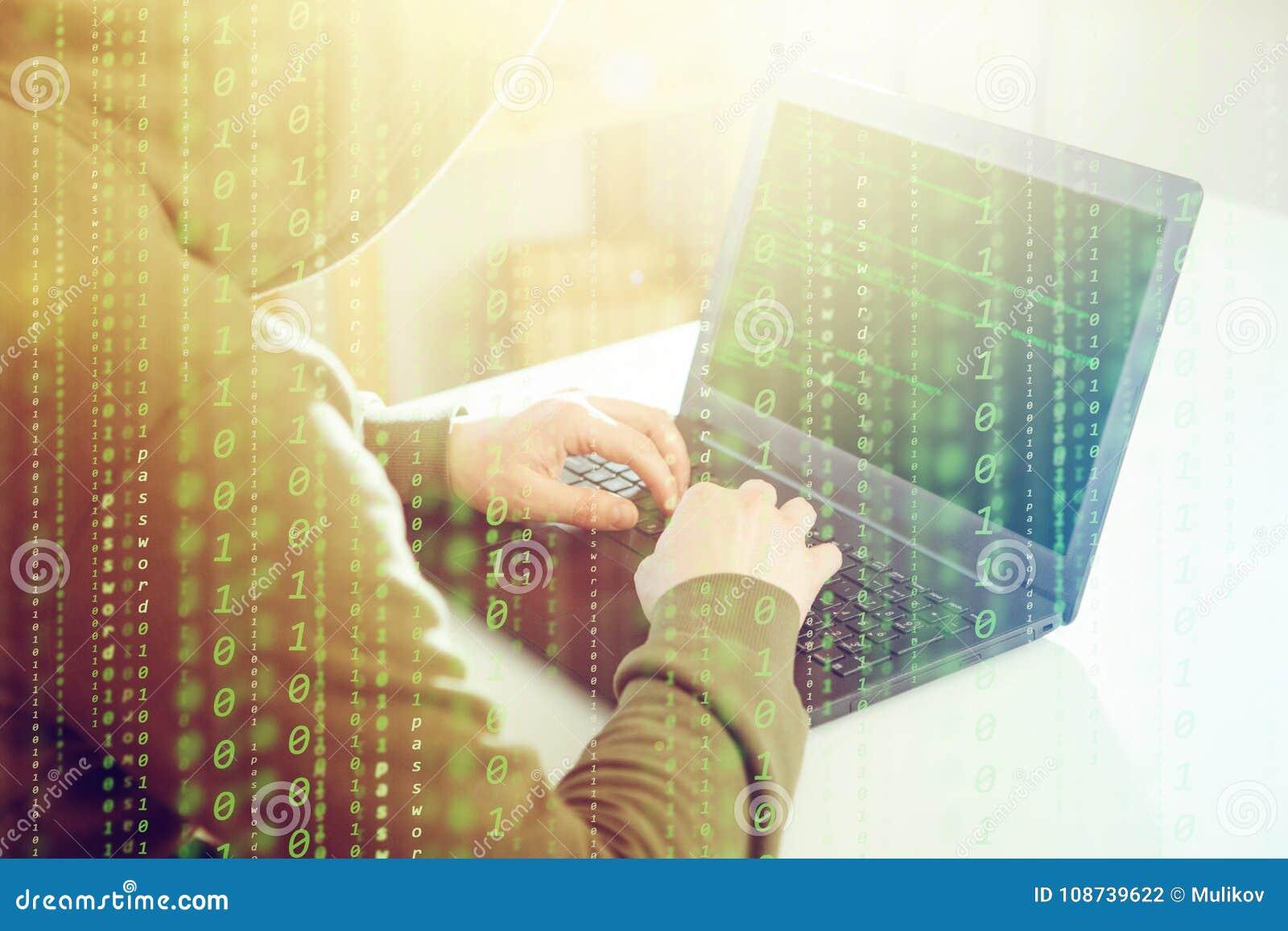 Ο προγραμματιστής χάκερ κοιτάζει στην οθόνη και γράφει τις πληροφορίες αμυχών κώδικα προγράμματος και τον απολογισμό χρηστών