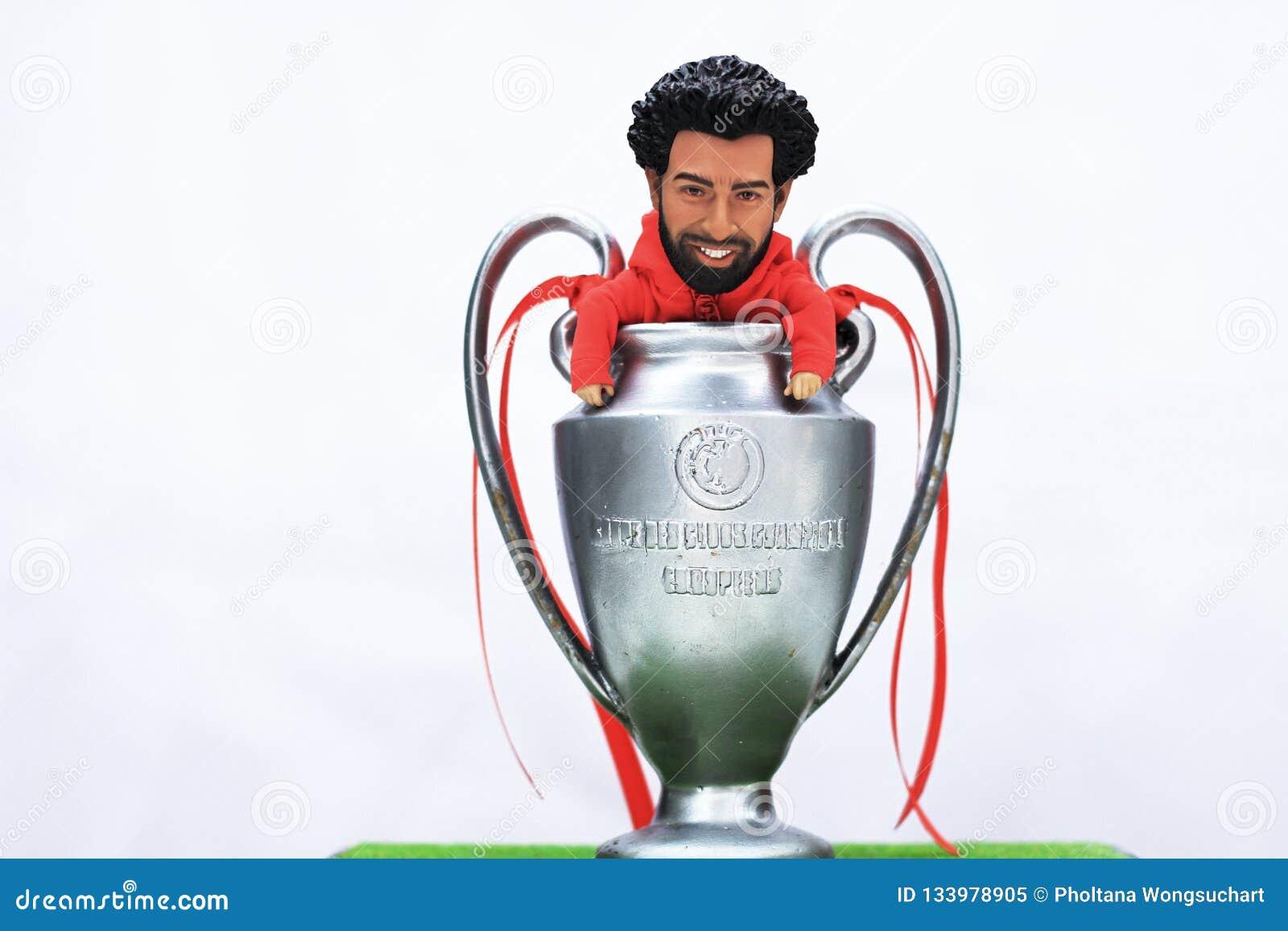 Ο πρότυπος αριθμός Μωάμεθ Salah με το UEFA υπερασπίζεται την ένωση Trofhy