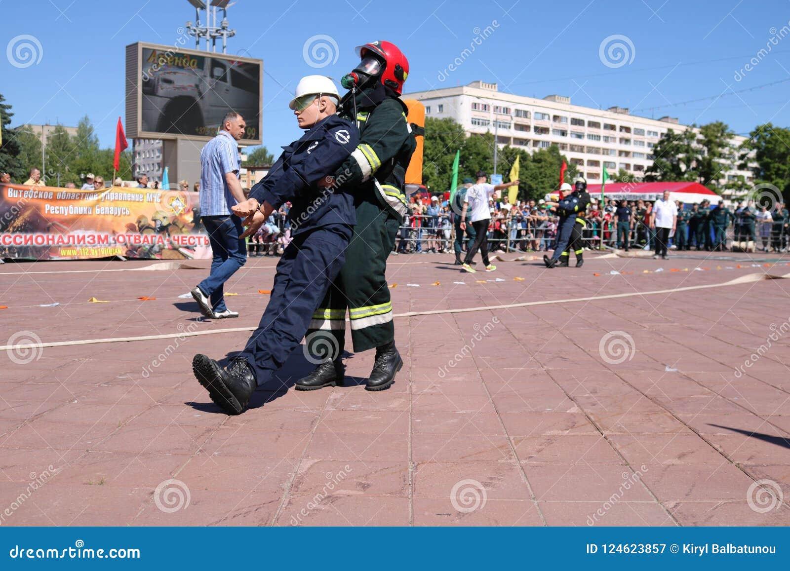 Ο πυροσβέστης ατόμων στις αλεξίπυρες διασώσεις κοστουμιών και κρανών σέρνει τραβά οι ανταγωνισμοί, Μινσκ, Λευκορωσία, 06 06 2018
