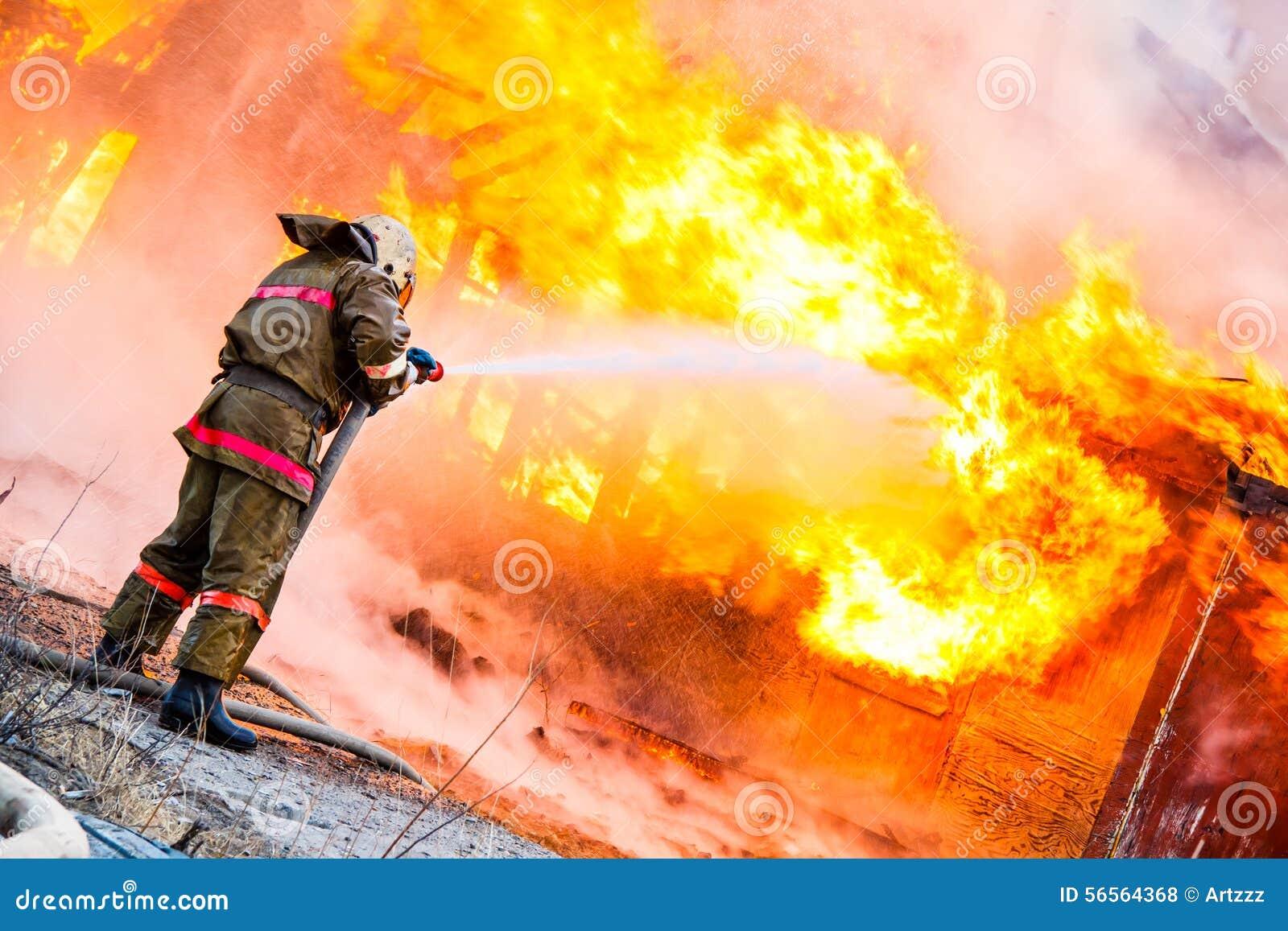 Download Ο πυροσβέστης εξαφανίζει μια πυρκαγιά Στοκ Εικόνες - εικόνα από κίνδυνος, έξυπνο: 56564368
