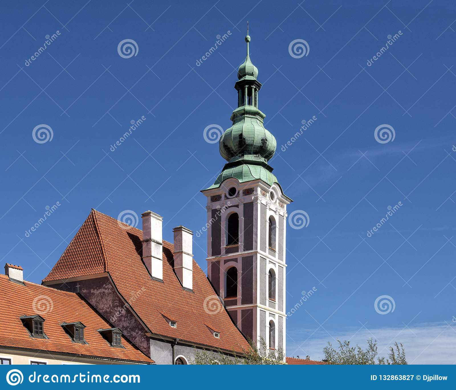 Ο πύργος εκκλησιών της εκκλησίας του ST Vitus σε Cesky Krumlov, Δημοκρατία της Τσεχίας