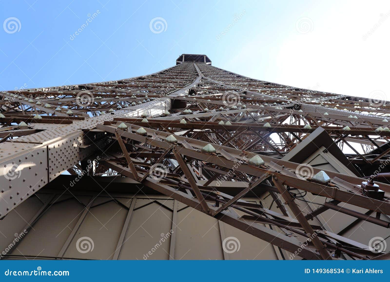 Ο πύργος και τα φω τα του Άιφελ κλείνουν επάνω