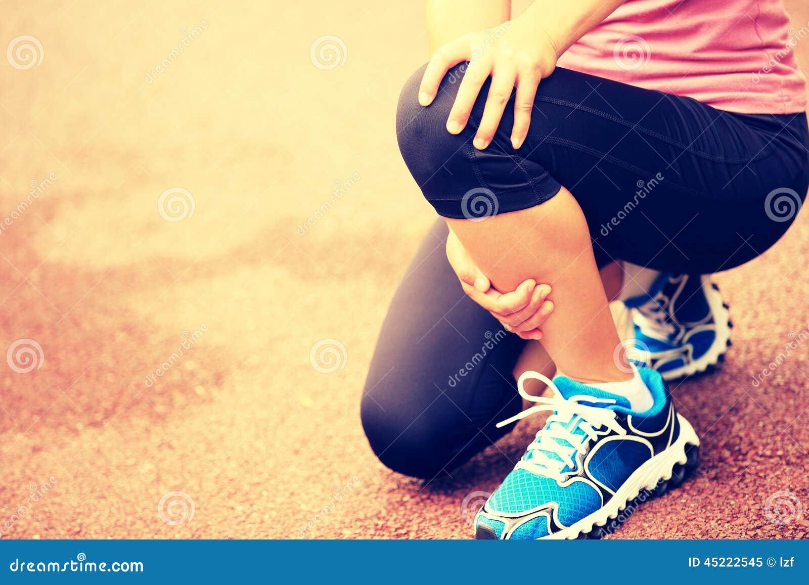 Ο δρομέας γυναικών κρατά το τραυματισμένο γόνατό της