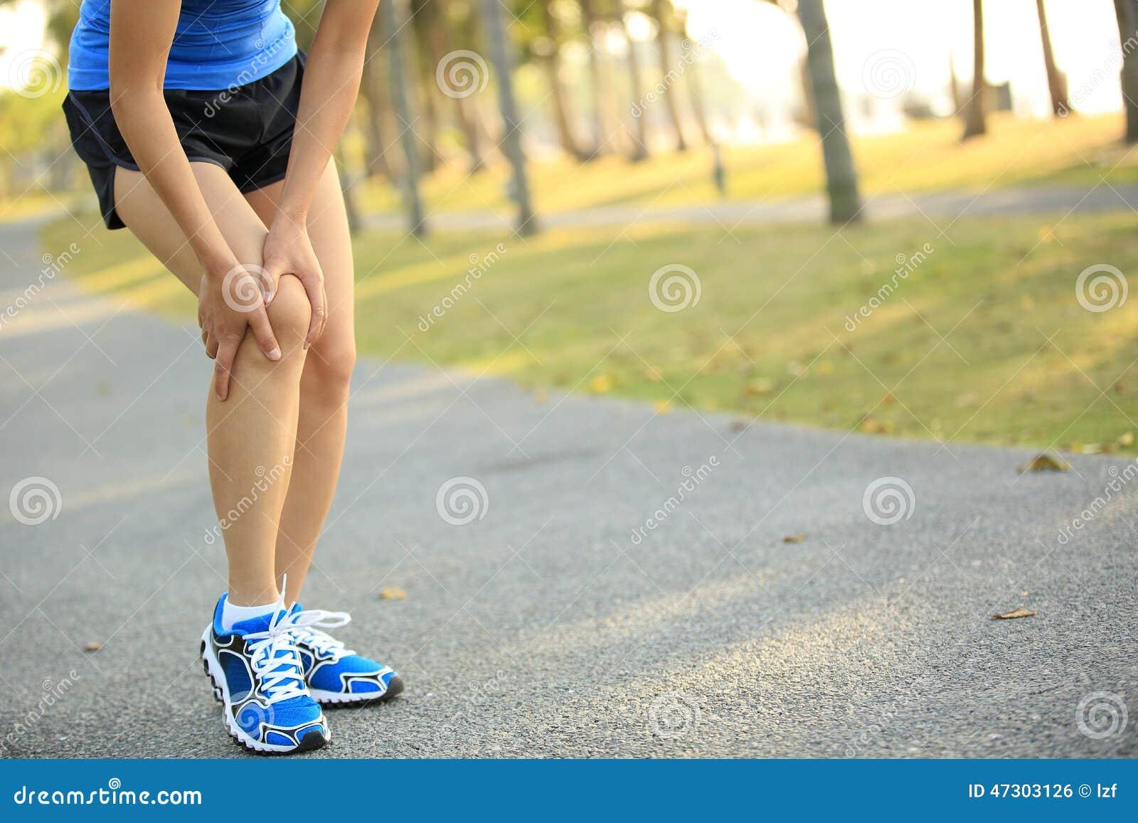 Ο δρομέας γυναικών κρατά τραυματισμένο το αθλητισμός γόνατό της