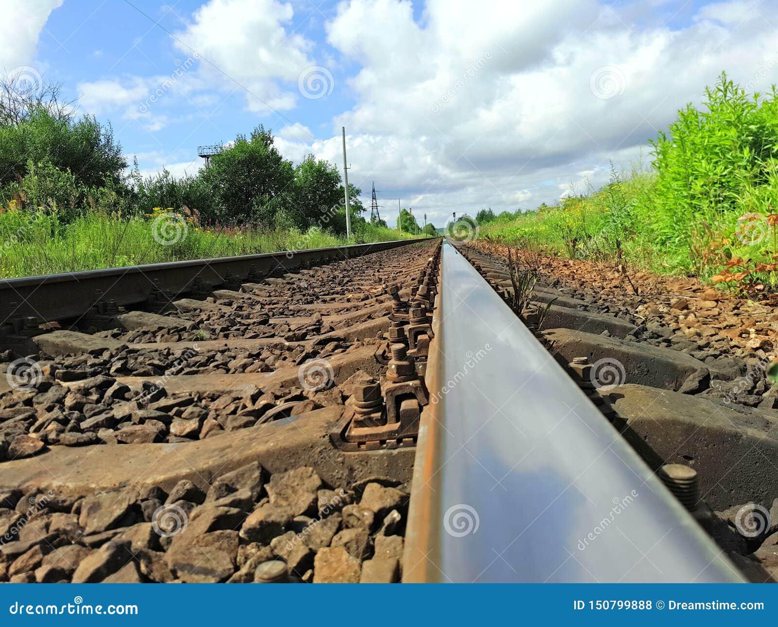 Ο σιδηρόδρομος πηγαίνει στην απόσταση