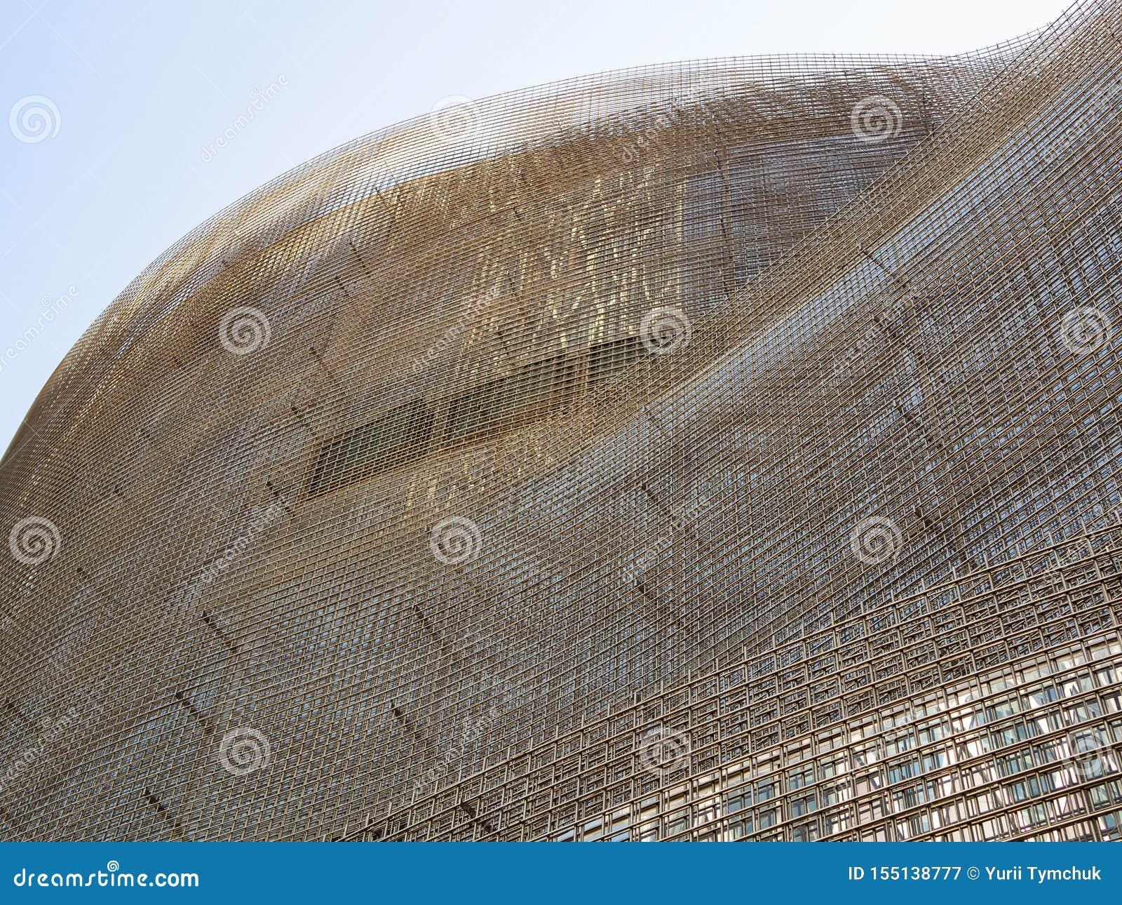 Ο σκελετός του ουρανοξύστη φιαγμένου από φύλλα το ενωμένο στενά πλέγμα καλωδίων στο εργοτάξιο οικοδομής