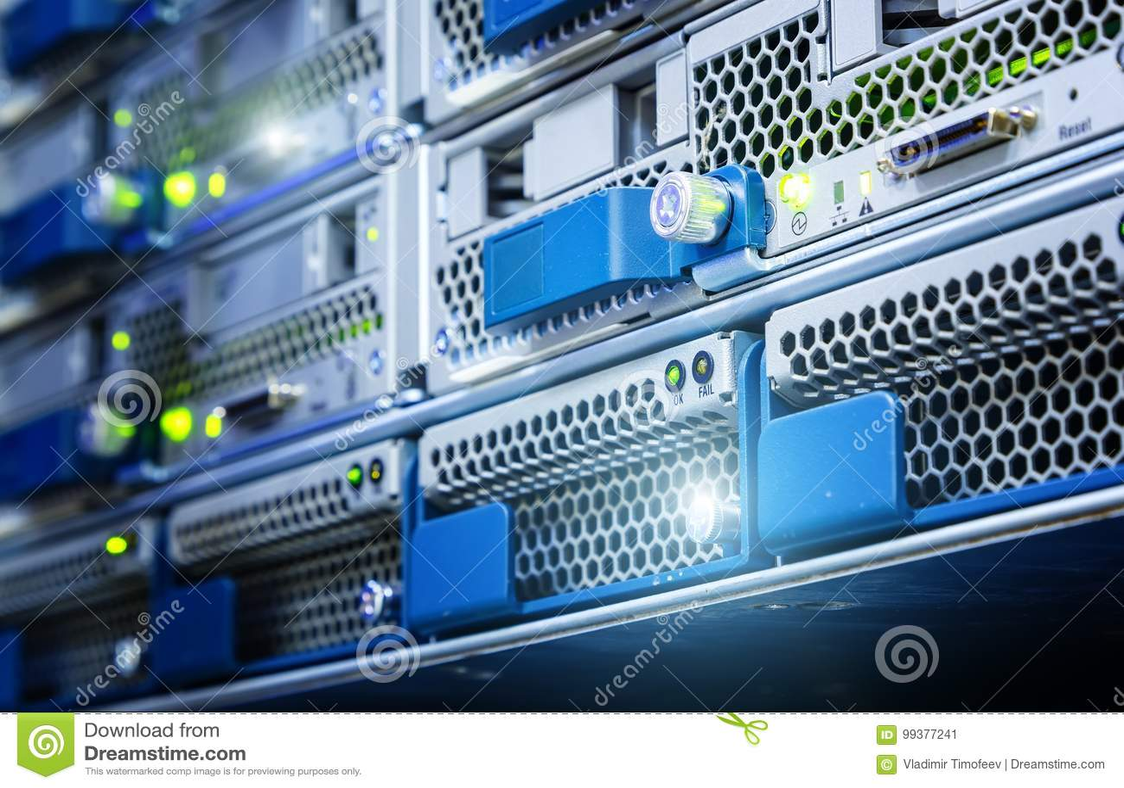 Ο σκληρός δίσκος στον κεντρικό υπολογιστή υπολογιστών είναι κινηματογράφηση σε πρώτο πλάνο Η αποθήκευση στοιχείων εκτελείται στα