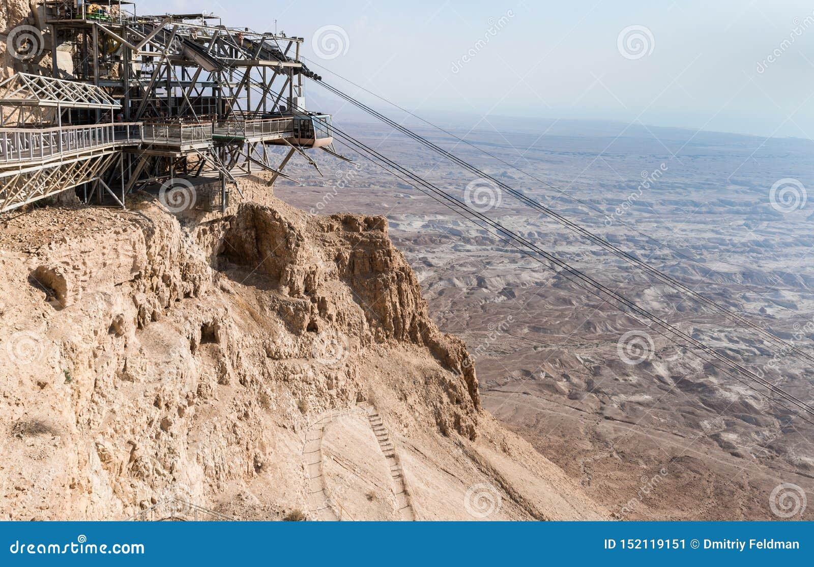 Ο σταθμός τελεφερίκ στο λόφο στο πόδι των καταστροφών του φρουρίου Masada, που χτίζονται σε 25 Π.Χ. από το βασιλιά Herod πάνω από