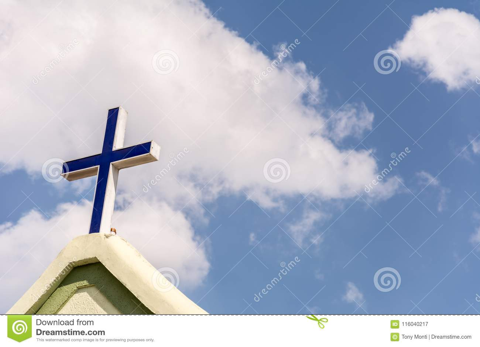 Ο σταυρός στο μέτωπο μιας εκκλησίας