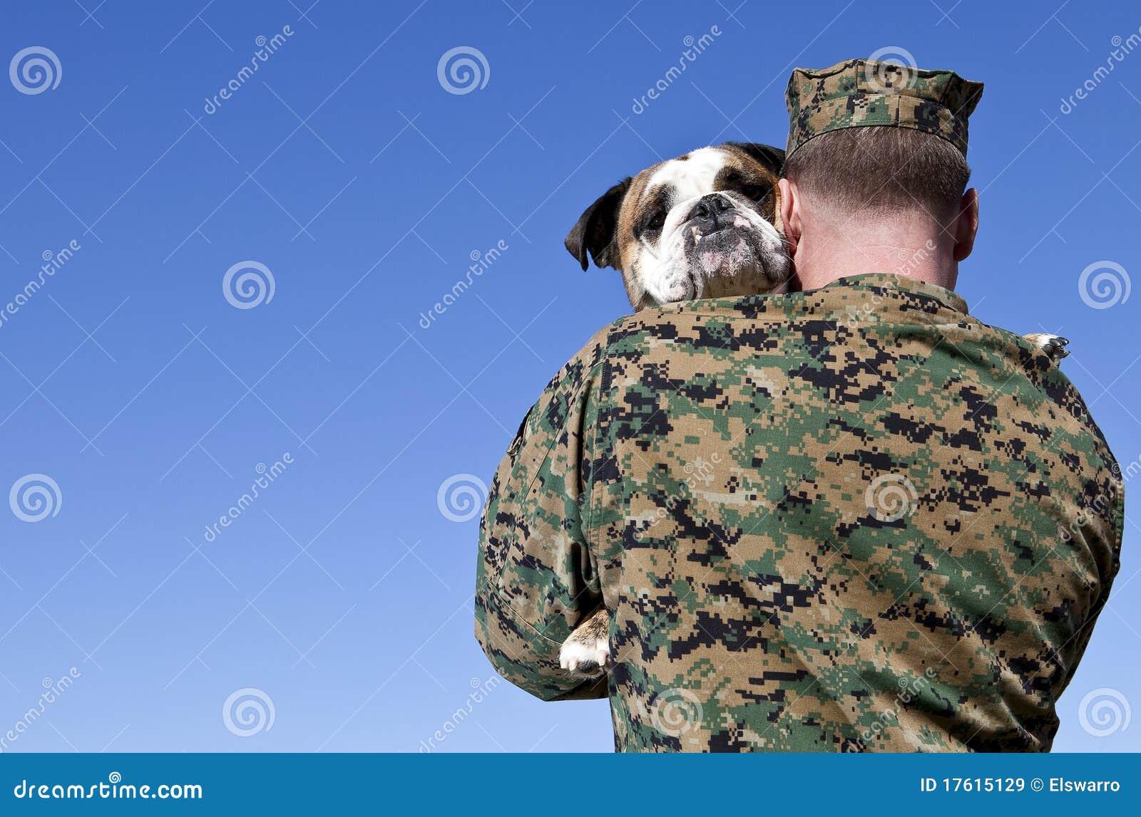 Ο στρατιωτικός αγκαλιάζει το σκυλί