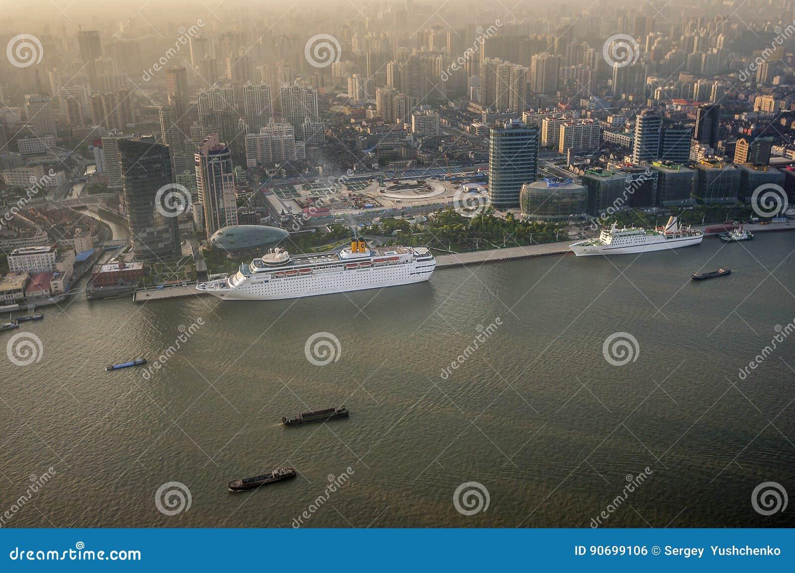 ο στρόφαλος οικοδόμησης της Κίνας κτηρίων τελείωσε τους σύγχρονους νέους ουρανοξύστες της Σαγγάης γραφείων ακόμα μαζί κάτω Άποψη