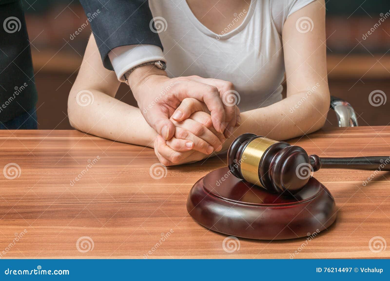 Ο συνήγορος ή ο δικηγόρος υπερασπίζει την κατηγορούμενη αθώα γυναίκα Νομική έννοια βοήθειας και συνδρομής