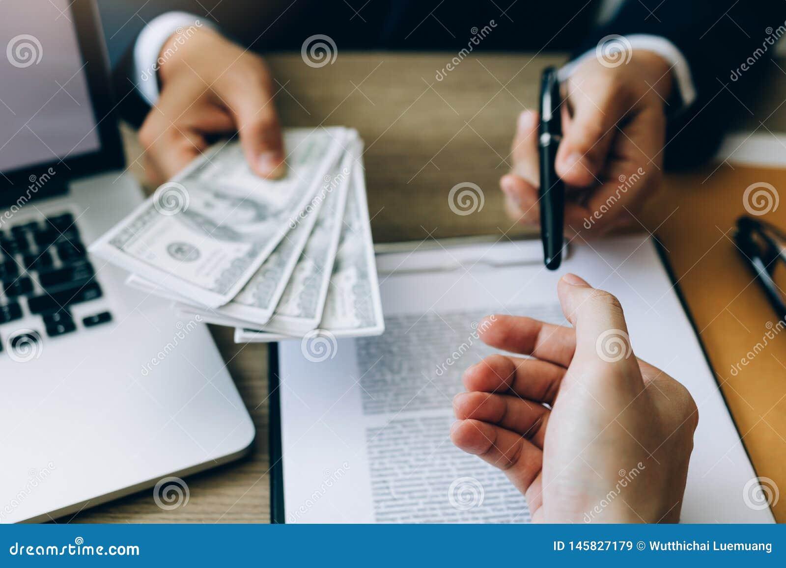 Ο συνεργάτης έχει κάνει μια απάτη στη σύμβαση της πώλησης και της παράδοσης μετρητών και τη μάνδρα στον επιχειρηματία που υπογράφ