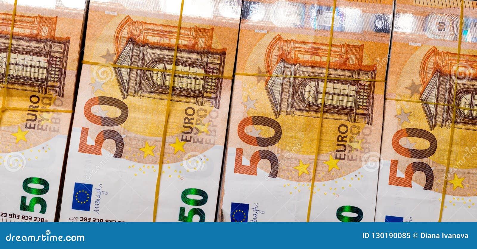 Ο σωρός 50 πραγματικού ευρώ σημειώνει 50 ευρο- τραπεζογραμμάτια κάτω από τη λαστιχένια ζώνη που απομονώνεται στο Μαύρο Περίπου 20