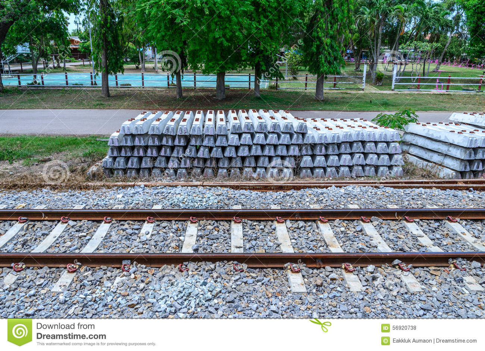 Ο σωρός των συγκεκριμένων κοιμώμεών σιδηροδρόμων πιέζει πλησίον